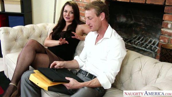 Allie Haze obtener su peludo coño apisonada por su jefe casado