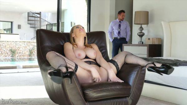 Ama de casa caliente Kagney Lynn Carter, queda satisfecha por su guapo esposo