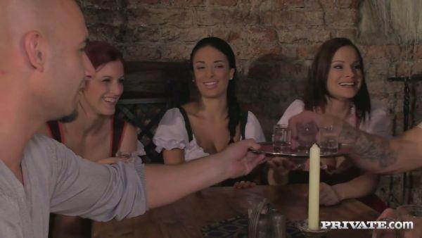 Borracho orgía con tres hermosas damas y tres tíos en una taberna