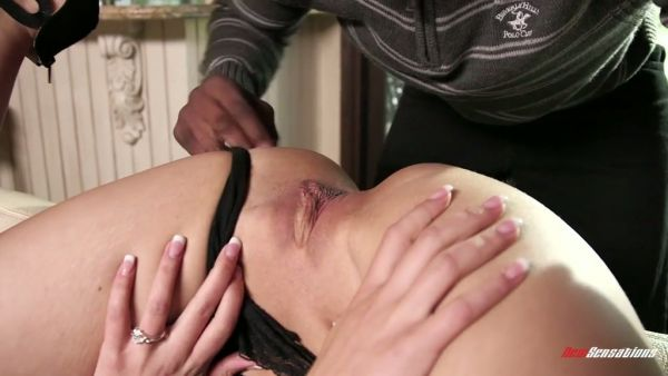Cachonda Kate Alton trucos en su marido con un varonil tipo negro