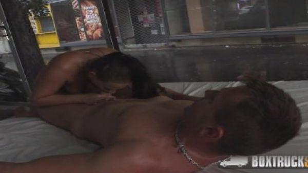 Cachonda mujer se folla al masajista en público después de que él hace que su coño mojado
