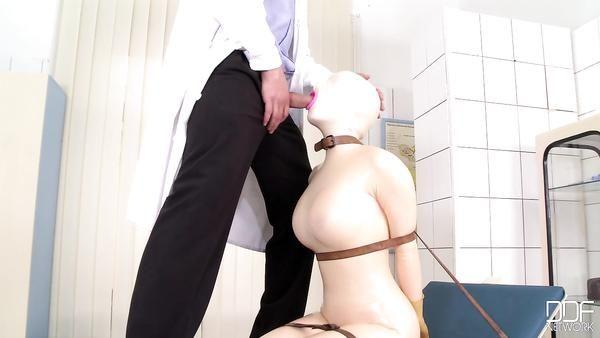 De goma que toma la mujer del médico polla en su garganta profunda y tragar