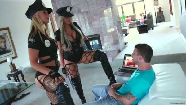 Desagradable trío con dos chicas calientes en la policía de uniforme