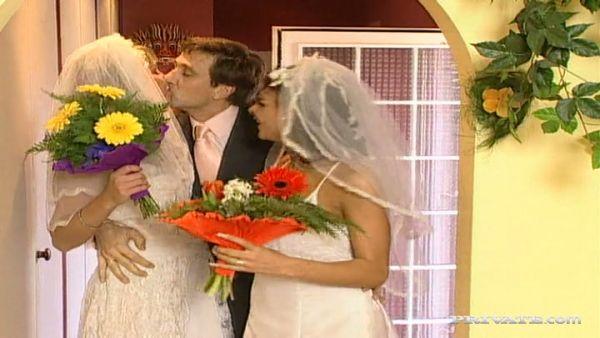 Dos novias compartir la polla de su marido después de una poligamia de la boda