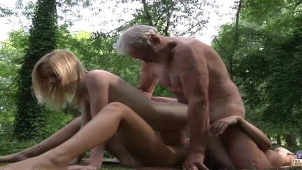 El abuelo polla enorme follando a dos jóvenes, coños apretados