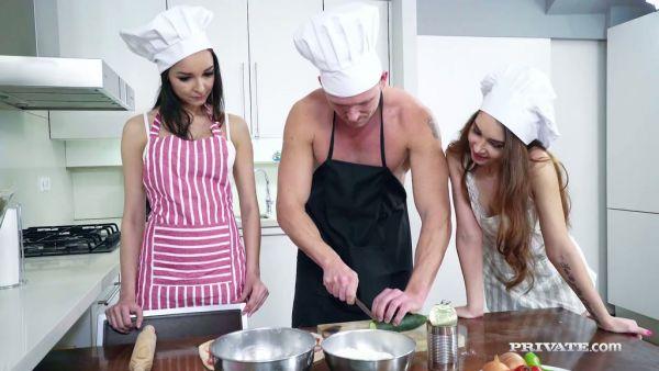 El Chef se folla a sus dos sexy ayudantes Francys y Stacy en una cocina