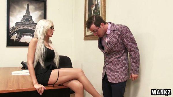 El jefe de la señora Nina Elle goza de un empleado sobre las brasas y se folla a su polla