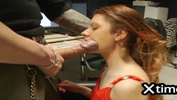 Giovane puttanella sorpresa un rubare dal magazziniere viene punita
