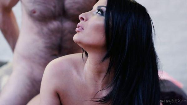 Impresionantemente hermosa Anissa Kate es follada por un hombre peludo