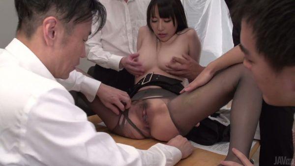 Jap chica Yuuna Hoshizaki con un grupo de sus colegas