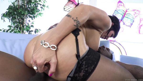 Madura actriz porno recibe su rosado coño follada por vara de ébano