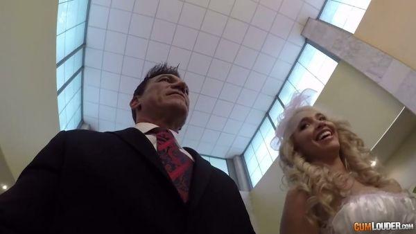 Marco Banderas llega a Moscú para casarse con Briana Banderas y la mierda de su apretado coño