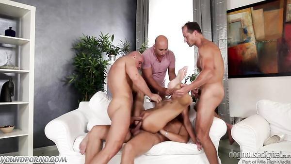 Masa gangbang con una perra joven y cuatro hombres