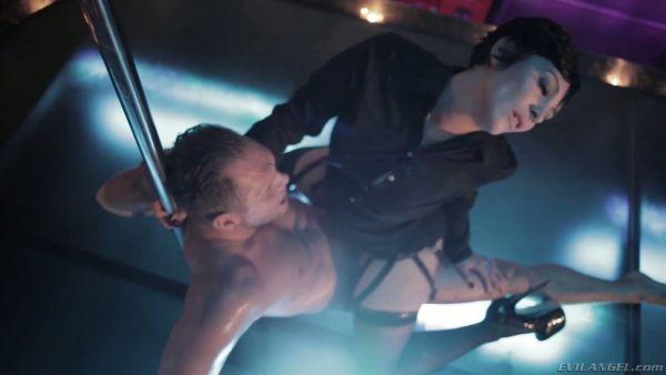 Nacho Vidal juguetes Soraya Wells con un bate y se la folla brutalmente en el club de striptease