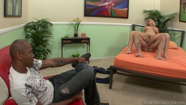 Negro, cornudo mira a su amateur con esposa recibiendo un golpe