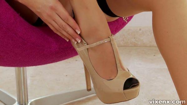 Preciosa MILF Jelena Jensen muestra su cuerpo desnudo en el fetiche de pie solo