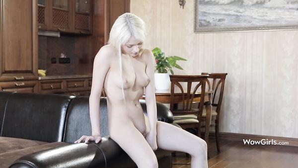 Realmente adolescente colegiala Olivka folla su coño ella misma