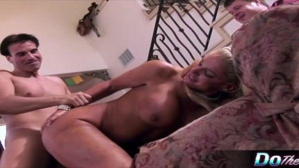 Rubia esposa le encanta follar con un semental porno