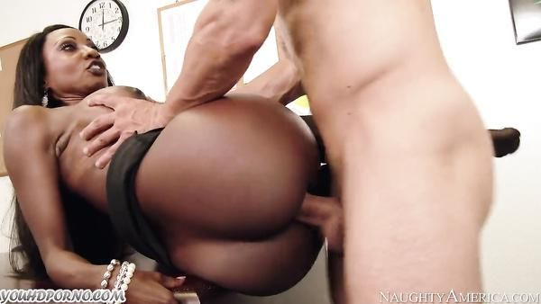 Sexy negra MILF Diamond Jackson seduce a su empleado
