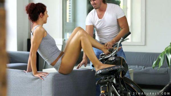 Shona River se burla de un ciclista con su sexy pies y le monta sobre una mesa