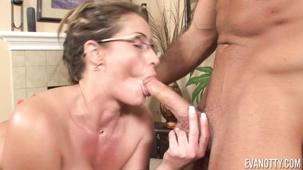 Tetona porno-veterano Eva Notty se muestra cómo hacerlo