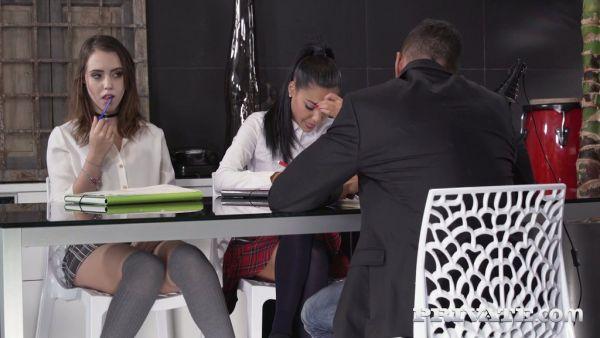 Travieso universidad polluelos Apolonia Lapiedra y Zoe Doll follar a su tutor
