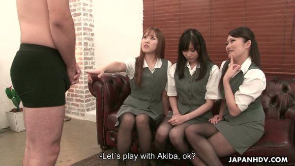 Tres chicas Japonesas sentarse en su cara y darle un en CFNM video