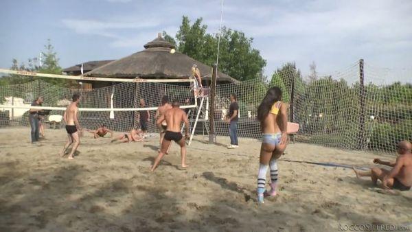 Tres chicas se follan en la orgía por los nuevos amigos después de jugar voleibol en la playa