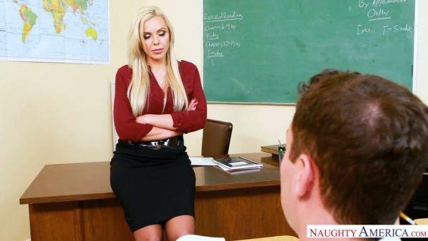 Un estudiante cachonda se folla a su profesor de Nina Elle para pasar la prueba