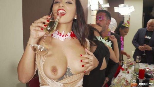Una fiesta con un montón de español polluelos y las Latinas se convierten en una orgía