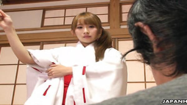 A la sacerdotisa Yui Misaki le follan el coño suelto como parte del ritual