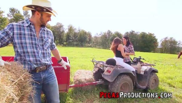 Agricultor chico se folla a dos chicas en el tractor en campo abierto