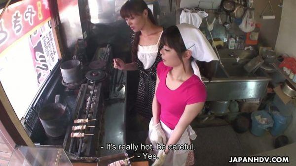 Akubi Yumemi obtiene jugado por un chef y su esposa Hitomi Kanu en el restaurante Japonés