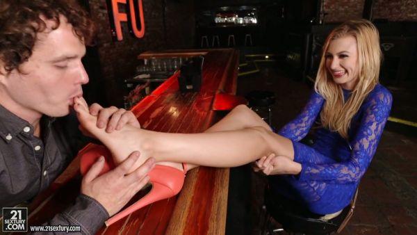 Alexa Grace folla a un pies amoroso camarero para conseguir un trabajo como camarera
