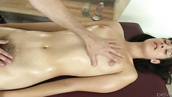 Alexa Scout obtiene culo jodido por una curiosa terapeuta de masaje