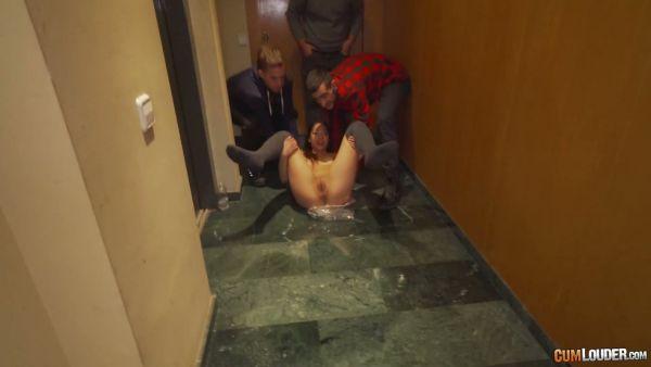 Angie White juega juegos de sexo en un pasillo y se folla en las escaleras