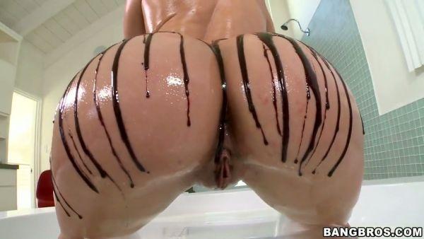 Anikka Albrite muestra su perfecto culo grande y obtiene clavado duro