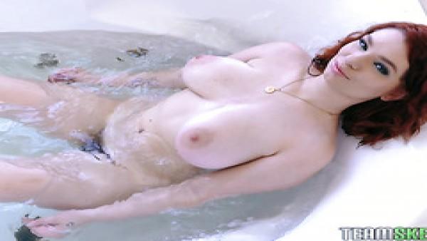 Annabel Redd, gordita pelirroja tetona, follada en el baño