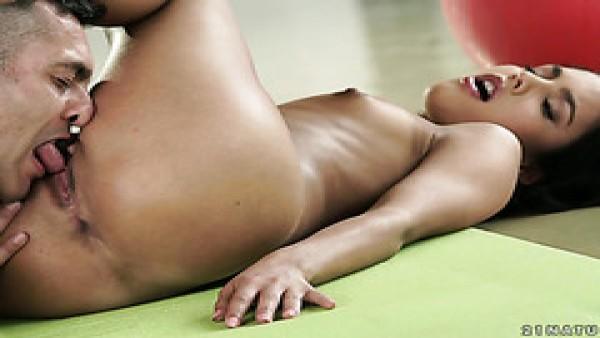 Apolonia Lapiedra le pone a los pies del pequeño adorado por el profesor de yoga