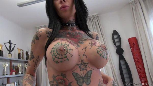 Artista del tatuaje de Megan disfruta de gangbang y DAP en casting