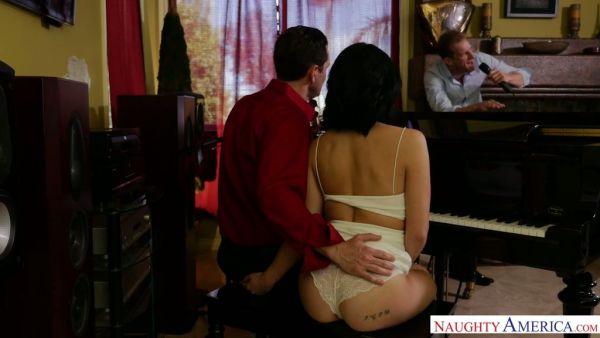 Asiático novia Rina Ellis trucos de novio con su mejor amigo