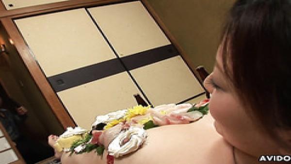 Asuka Ayanami convierte su curvilíneo cuerpo japonés en plato de comida