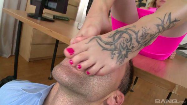 Bella Anne totalmente cumple su fetiche de pies mientras está follando en la oficina