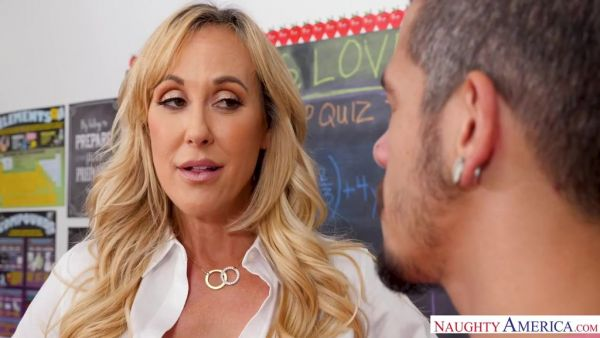 Brandi Love se presenta una prueba de que el estudiante tiene una gran polla