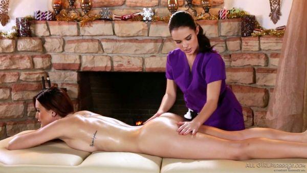 Caliente Karlie Montana recibe un masaje erótico de la hermosa Megan Rain