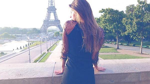 Caliente y hermosa joven romántica Maria muestra tetas al aire libre