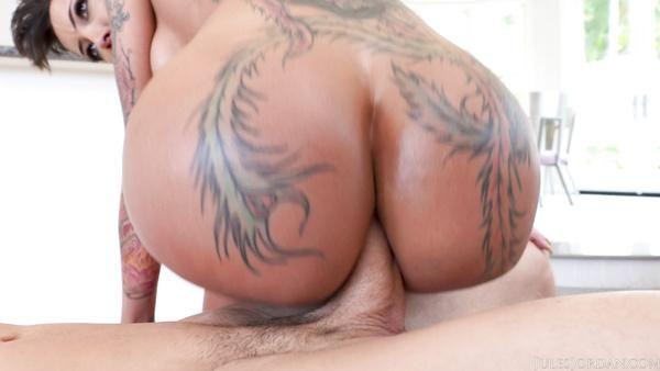 Chica con consigue su culo sexy de peluche con una polla gruesa