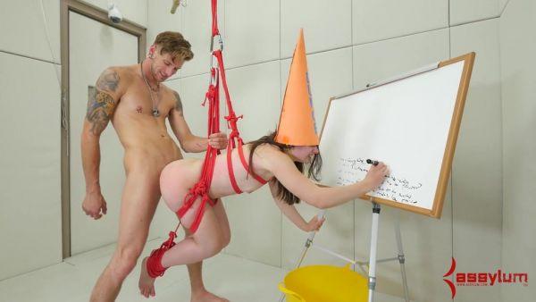 Chica de colegio con el tonto de sombrero de Amy Faye es castigar a la follan en el culo