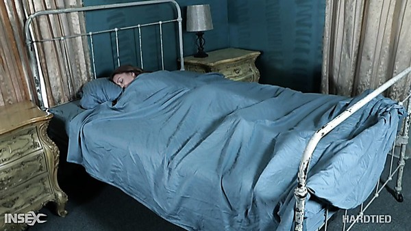 Chica durmiendo con culo redondeado Jacey Jinx merece un poco de esclavitud pervertida