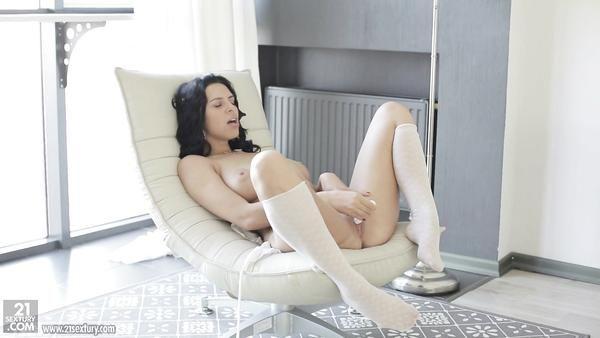 Chica tetona de Rusia Kira Queen muestra su elegante coño